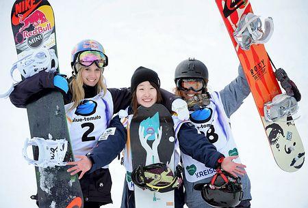女子スロープスタイルで初優勝し、喜びを表す鬼塚雅(中央)=21日、オーストリア・クライシュベルク(EPA=時事)