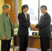 伊沢市長(右)に今季の活動を報告した野藤選手(中央)=白井市役所