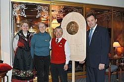ツェルマットを20回以上訪れ、表彰を受けた小林さん(中央)