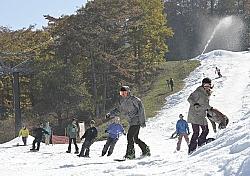 初滑りを楽しむスノーボーダーやスキーヤーたち=1日午前、軽井沢町