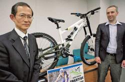 自社製のマウンテンバイクを携え、コースのPRに訪れたフェルスCEO(右)と石山社長=県庁で