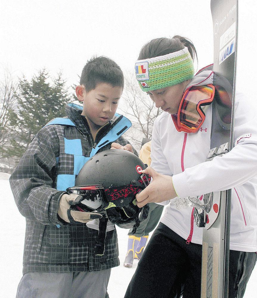 今年4月の全日本選手権出場時に子どもにサインをする竹内(右)
