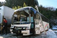 フロント部分を大破した観光バス=郡山市中田町の「郡山中央交通」本社で2009年2月4日午前11時15分、坂本智尚撮影