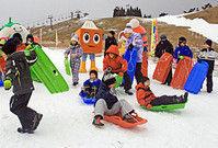 人工雪のゲレンデで今冬初のそり滑りを楽しむ子どもたち(高島市・箱館山スキー場)