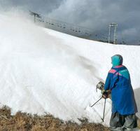 造雪機で雪が散布されるゲレンデ=高島市の箱館山スキー場で
