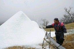 開場に向け、造雪機を使った準備が進む=宮崎県五ケ瀬町の五ケ瀬ハイランドスキー場