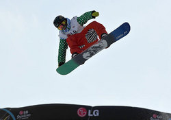 スノーボード世界選手権で男子ハーフパイプを制した青野令の演技。高いエアが光った。18歳。スノーボードでの日本勢の優勝は五輪、世界選手権を通じて初めて(23日、韓国・江原)