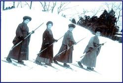 テオドール・フォン・レルヒが伝えた1本の杖で滑るスキー術を実践する女性(野沢温泉提供)