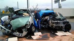 大破した大学生の乗用車(右)と夫婦のワンボックスカー=鳥取県米子市赤井手の県警高速道路交通警察隊で2010年2月15日、小松原弘人撮影