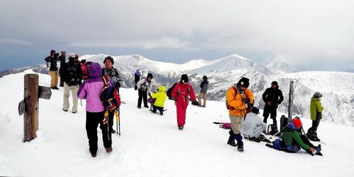 雪に覆われた旭岳山頂。思わぬ雪景色に喜ぶ登山客=東川町
