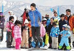 雪上運動会で競技の見本を見せる渡部選手