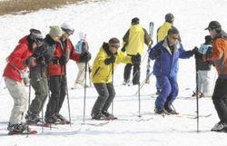 スキー教室では、年齢が高い受講者の姿も(神戸市の六甲山人工スキー場)=笹井利恵子撮影(読売新聞社)