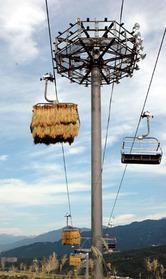 秋風を受けながら高低差200メートルのゲレンデを上り下りする稲束=新潟県南魚沼市で、神田順二撮影