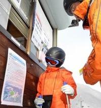 コース外滑走をする利用者のための「ローカルルール」が掲示された乗鞍高原温泉スキー場のリフト券売り場