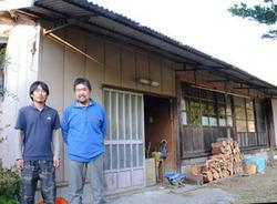 若者や移住希望者らに宿泊場所を提供するため、空き家を改装する五ケ瀬自然学校の杉田理事長と横山さん(左)