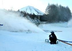 降雪機をフル稼働して行っている人工降雪作業=鳴沢・ふじてんスノーリゾート