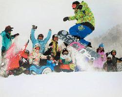 待ちわびた積雪でウインタースポーツに歓声を上げる若者ら=23日、石川県白山市の白山一里野温泉スキー場で(西野一則撮影)