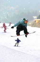 初滑りを楽しむスノーボーダーら=16日午前、佐賀市の天山スキー場で