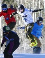 スノーボードクロス女子で4位に入った藤森由香(右から2人目)=アスペン(共同)