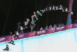 スノーボードハーフパイプ男子決勝1回目、平野のエアの連続合成写真(右から左へ)=ロシア・ソチのロザフータル公園で2014年2月11日、山本晋撮影