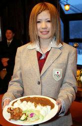 モーグルカレーを持つ村田愛里咲選手=札幌市のさっぽろばんけいスキー場で、金子淳撮影