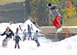 秋のゲレンデで一足早くウインタースポーツを楽しむ来場者=1日午前11時3分、郡上市高鷲町、鷲ケ岳スキー場
