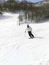今季最後の滑降を楽しむスキーヤー