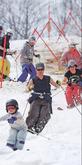 汗ばむほどの陽気の中、半袖や薄手の服装で滑りを楽しむスキーヤー=27日午後、仙台市泉区のスプリングバレー泉高原スキー場