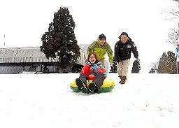 瑞穂ハイランドの山頂付近のコースで、残雪の滑り具合を確認するスタッフたち=島根県邑南町市木