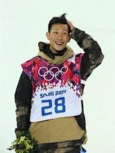 〔五輪・スノーボード〕スノーボード男子ハーフパイプで銅メダルを獲得しフラワーセレモニーに臨む平岡卓=11日、ロシア・ソチ