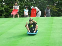 スピード感あふれる滑走が楽しめる夏そり滑り=天童市・天童高原