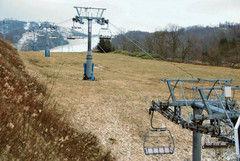 雪不足でオープンを延期した北海道夕張市の「マウントレースイスキー場」=13日