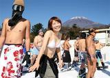 日本一早くオープンしたスキー場。水着で初滑りを楽しむ人も(写真:産経新聞)