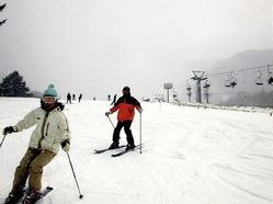 初滑りを楽しむスノーボーダーたち(25日、丸沼高原スキー場で)