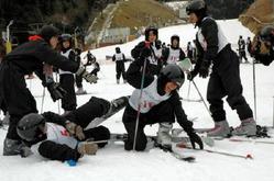 初めてのスキーを楽しむ石垣島からの修学旅行生たち=佐賀市富士町の天山スキー場