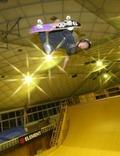スケートボードで練習する平野歩夢