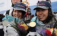 冬季アジア大会・女子ハーフパイプで優勝し、2位の山岡と笑顔を見せる中島(右)