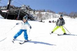 レジャー各社は、急増する子供連れスキーヤーの囲い込みを競う=新潟県湯沢町の苗場スキー場(プリンスホテル提供)(写真:産経新聞)