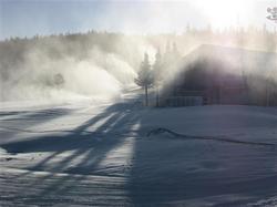 静寂な天神山にスノーマシンが雪を吹き出す音だけが静かに流れた=山梨県鳴沢村のふじてんスノーリゾート(写真:産経新聞)