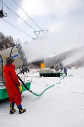 2台ペアで作業する自走式降雪機。風で噴き出し方向が刻々変わり、撮影中の筆者に何度も吹雪が襲った=いずれも片品村東小川の丸沼高原スキー場