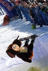 ベラルーシの首都ミンスクから45キロほど離れたSilichiで開催された冬の終わりを祝うスキーとスノーボードのイベントで、着ぐるみ姿で水に飛び込む参加者(2014年3月30日撮影)。