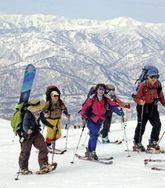朝日連峰を背に山頂を目指すスキーヤー(山形県・月山スキー場で)(読売新聞社)