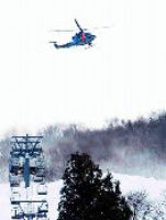頓所さんの捜索を続ける県警航空隊ヘリ=糸魚川市のシャルマン火打スキー場<br>