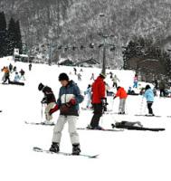 大勢のスキーヤーやスノ−ボーダーでにぎわった奥伊吹スキー場(米原市)