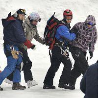 黒岳から救出され、ヘリでふもとに降ろされる遭難した外国人たち(18日午前7時、北海道・上川町層雲峡で)=原中直樹撮影