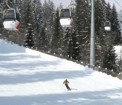 スイスで今季シーズンを楽しむ人(筆者撮影)