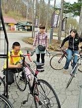 自転車のホイールを試す試乗会に集まった来場者