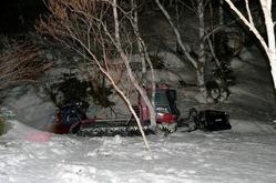 小学生が巻き込まれた圧雪車=19日夜、長野県山ノ内町