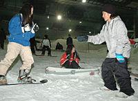 修学旅行生がスノーボード体験 青野選手らと交流