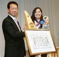 旭川市民栄誉賞を贈られ笑顔を見せる竹内(右)と旭川市の西川市長